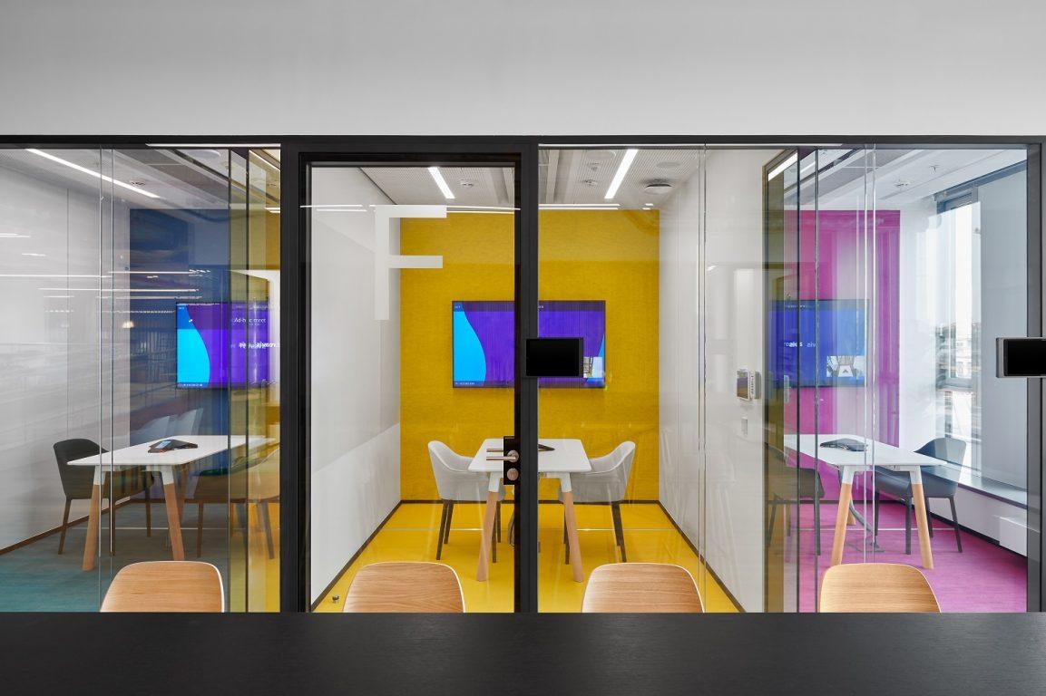 Meeting room in HB Reavis office, chilled beams